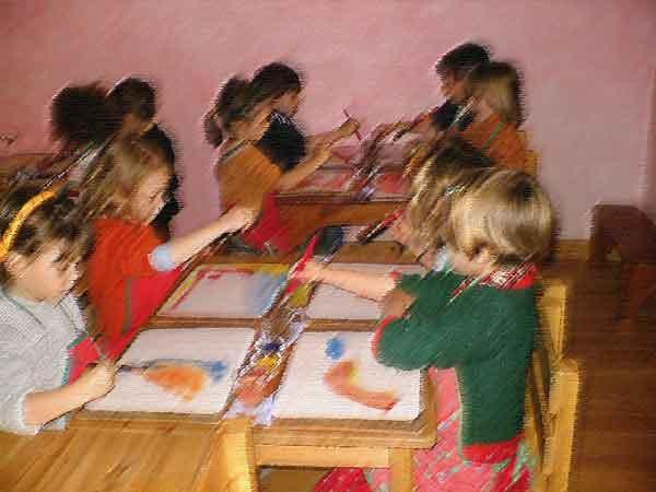 ninos-pintando-con-acuarela-en-la-escuela-infantil-la-casa-del-sol-arucas